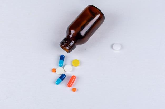 Bunte pillen mit tablettenfläschchen