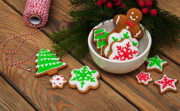 Bunte plätzchen des weihnachtsingwers und -honigs