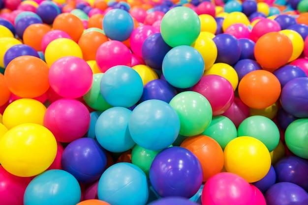 Bunte plastikbälle im pool oder in der grube