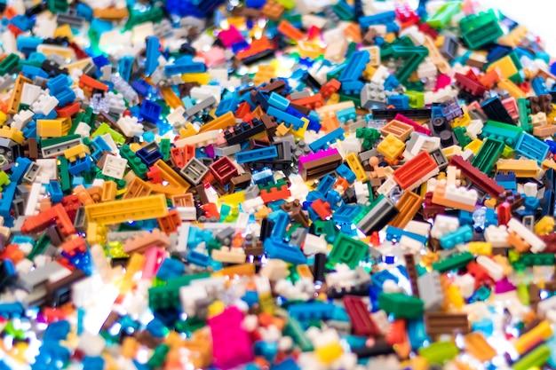 Bunte plastikbausteine für das kinderlernen.