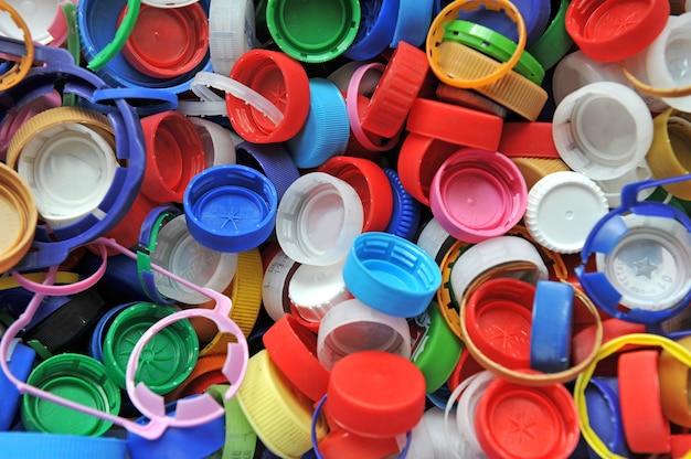 Bunte plastikflaschenverschlüsse als hintergrund.