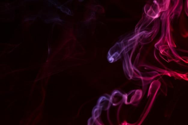 Bunte rauch nahaufnahme auf schwarzem hintergrund