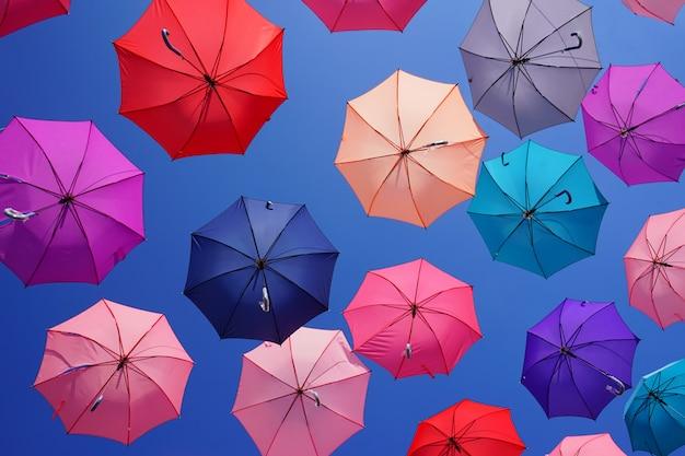 Bunte regenschirme mit blauem himmel