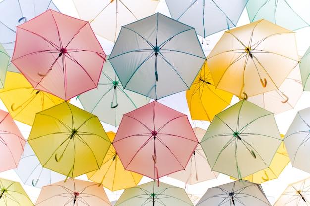 Bunte regenschirmstraßendekoration des abstrakten hintergrundes in der windbewegung - pastelleffekt