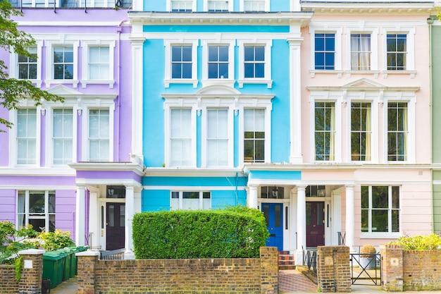 Bunte reihe von häusern in london an einem sonnigen tag