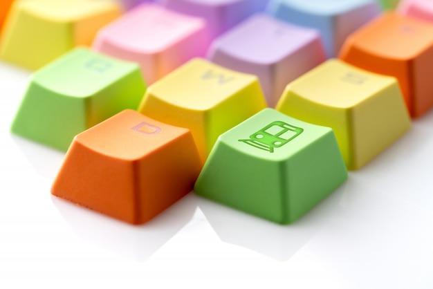 Bunte reiseikone auf computertastatur für on-line-anmeldungskonzept