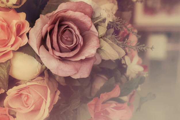 Bunte rosa rosen in der weichen farb- und unschärfeart für hintergrund, schöne künstliche blumen