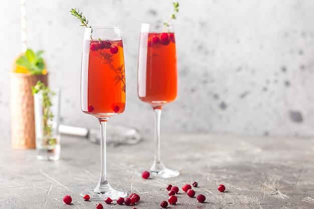 Bunte rote exotische alkoholische cocktail in champagnergläsern über grauem hintergrund