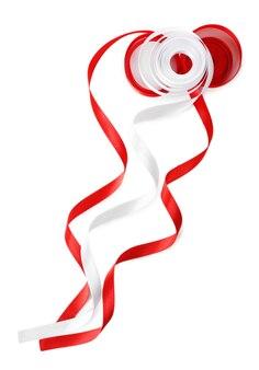 Bunte rote und weiße bänder isoliert auf weiß