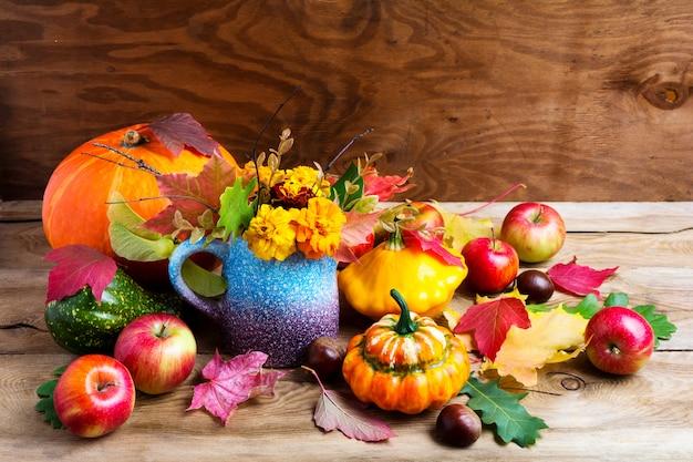 Bunte rustikale erntedankdekoration mit äpfeln und kürbisen