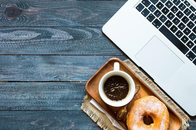 Bunte schaumgummiringfrühstückszusammensetzung mit laptop und kaffeetasse