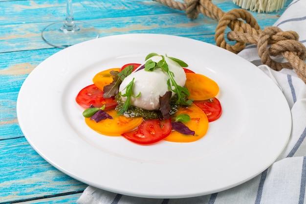 Bunte scheiben käse und tomate
