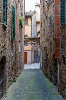 Bunte schmale straße in einer alten italienischen stadt