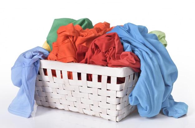 Bunte schmutzige kleidung im wäschekorb