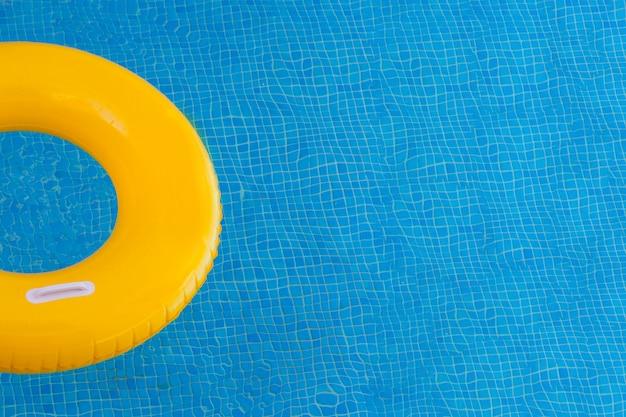 Bunte schwimmt auf einem pool