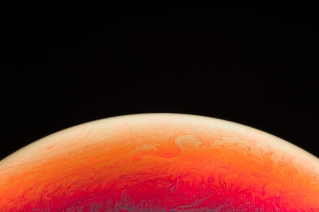 Bunte seifenblase der steigung auf schwarzem hintergrund
