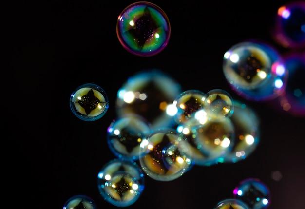 Bunte seifenblasen schweben im dunkeln