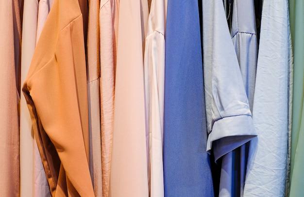 Bunte shirts an den kleiderbügeln im laden hautnah