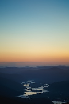 Bunte sommerlandschaft in den sibirischen bergen. sonnenuntergang