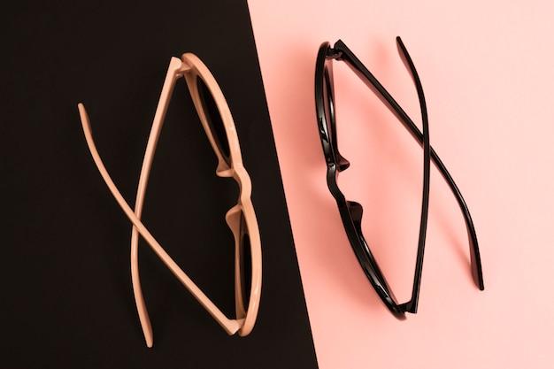 Bunte sonnenbrille der draufsicht auf einer tabelle