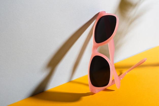 Bunte sonnenbrille der nahaufnahme mit schatten
