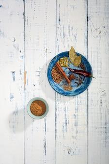 Bunte specials auf dem tisch. indisches garam masala pulver und seine zutaten bunte gewürze.