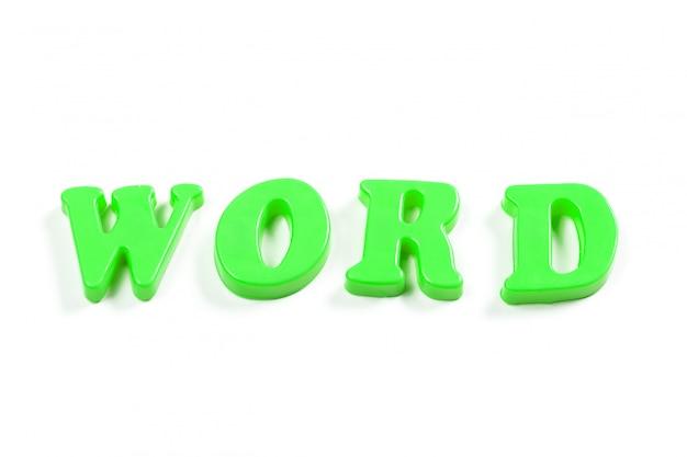 Bunte spielzeugalphabetbuchstaben auf weiß