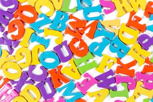 Bunte spielzeugalphabetbuchstaben