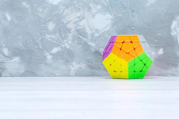 Bunte spielzeugkonstruktionen auf leichtem spielzeugplastik