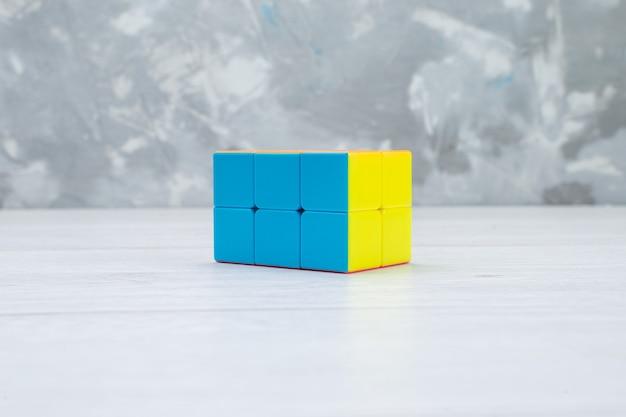 Bunte spielzeugkonstruktionen auf weißem spielzeugplastik