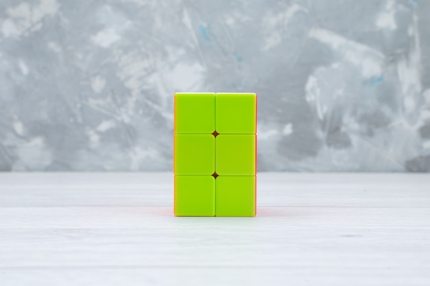 Bunte spielzeugkonstruktionen entworfen auf licht, spielzeugplastik geformt