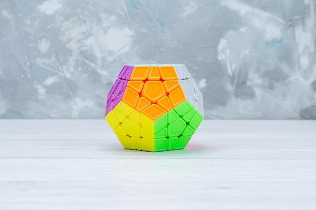 Bunte spielzeugkonstruktionen entworfen geformt auf leichtem schreibtisch, spielzeugplastik