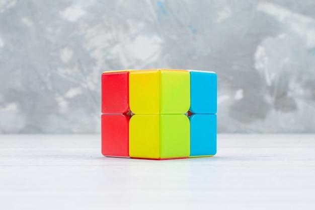 Bunte spielzeugkonstruktionen entworfen und geformt auf weißem spielzeugplastik