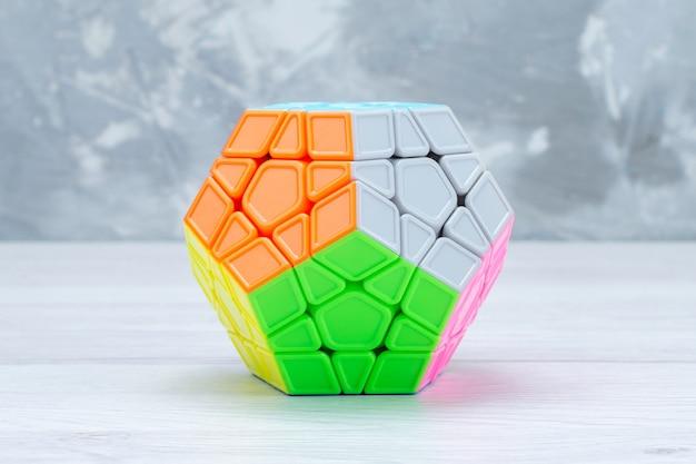 Bunte spielzeugkonstruktionen entworfen und geformt gefärbt auf heller spielzeugplastikfarbe