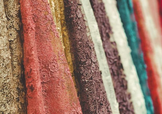 Bunte spitzenstoffrollen in der textilgeschäftsindustrie