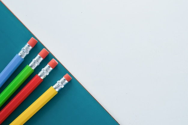 Bunte stifte auf auf farbigem hintergrund mit kopierraum