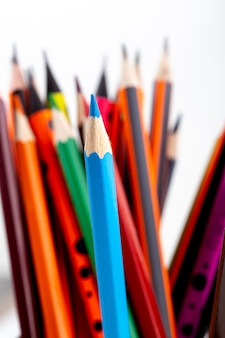 Bunte stifte graphit und zum schreiben und zeichnen auf weiß
