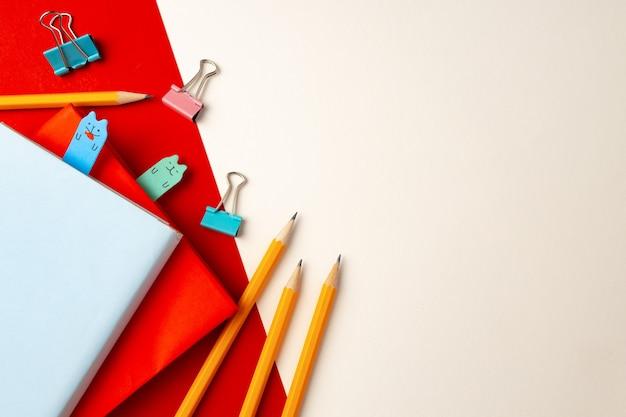 Bunte stifte und notizblöcke auf papier