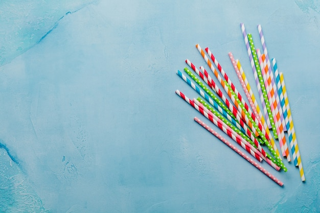 Bunte strohhalme aus papier für sommercocktails auf hellblau trinken