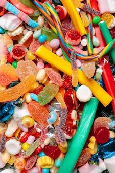 Bunte süßigkeiten auf altem hintergrund