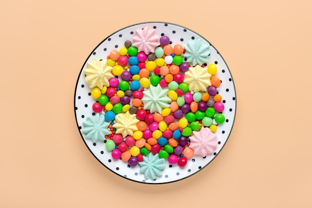 Bunte süßigkeiten auf einem teller