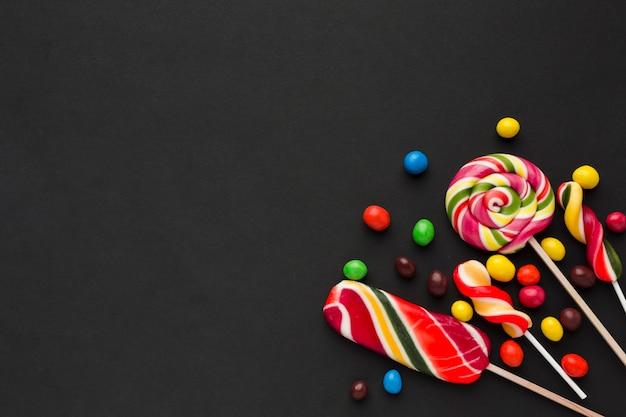 Bunte süßigkeiten auf einer schwarzen tabelle