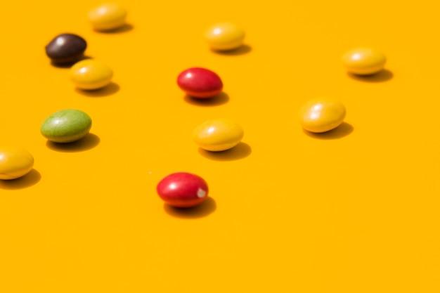 Bunte süßigkeiten auf gelbem hintergrund