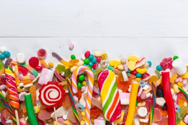 Bunte süßigkeiten auf holz