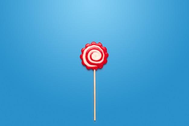 Bunte süßigkeiten auf tabelle auf blau