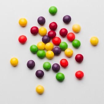 Bunte süßigkeiten auf weißer tabelle