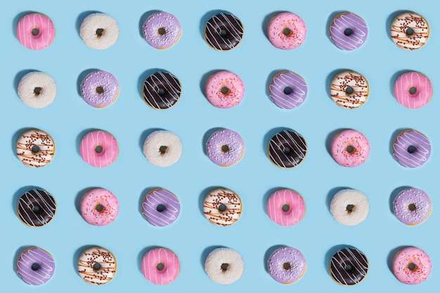 Bunte süßigkeiten donuts, musterzusammensetzung