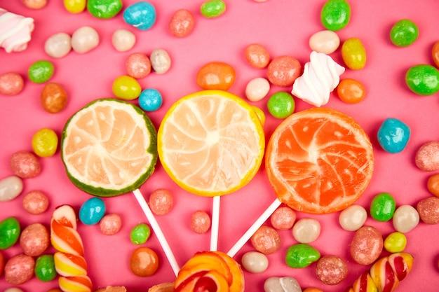 Bunte süßigkeiten, gelee, lutscher auf stick, streuung von bunten süßigkeiten
