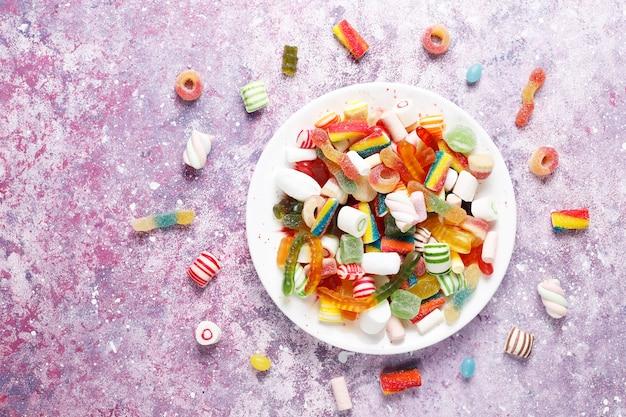 Bunte süßigkeiten, gelee und marmelade, ungesunde süßigkeiten.