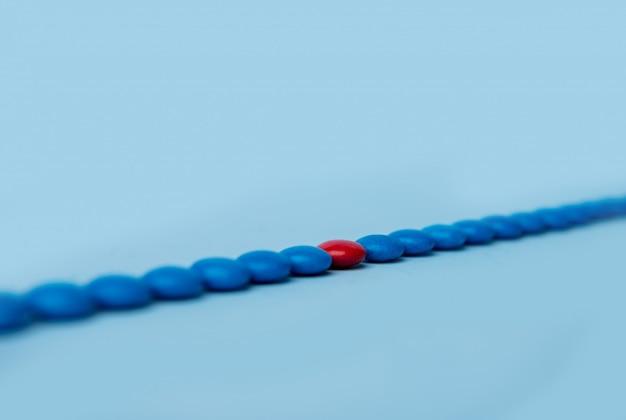 Bunte süßigkeiten süßigkeiten über blauem tischhintergrund.
